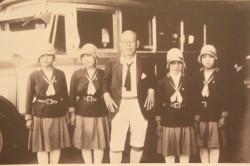 油屋熊八翁と女性バスガイド